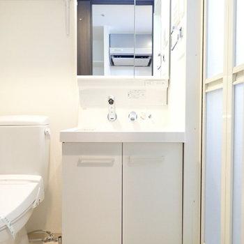 洗面台と…(※写真は11階の同間取り別部屋のものです)