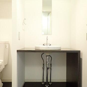 洗面台の下には収納を置いて、配管を隠すと◎