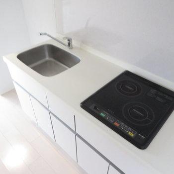 キッチンは2口コンロのシステムキッチンで清潔感もあります(※写真は8階の同間取り別部屋のものです)