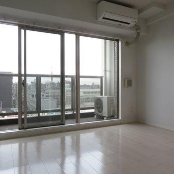 窓が大きく気持ちのいい空間が(※写真は8階の同間取り別部屋のものです)