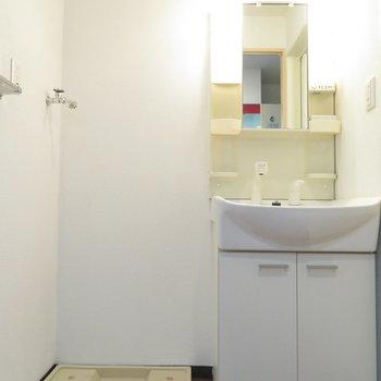キッチン後ろには洗濯機置き場と独立洗面台が(※写真は10階の同間取り別部屋のものです)