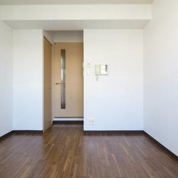 壁面が多いので家具の配置も容易(※写真は10階の同間取り別部屋のものです)