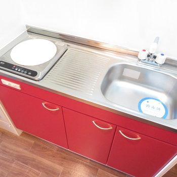 赤色のキッチンが差し色に(※写真は10階の同間取り別部屋のものです)