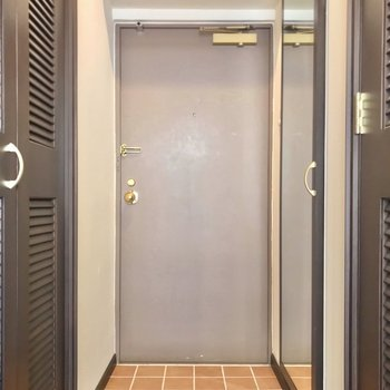 シューズボックスには大きな鏡付き。(※写真は5階の同間取り別部屋のものです)