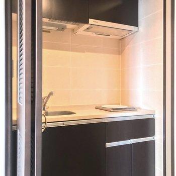 キッチンは扉の中にありました。生活感を隠せます。(※写真は5階の同間取り別部屋のものです)
