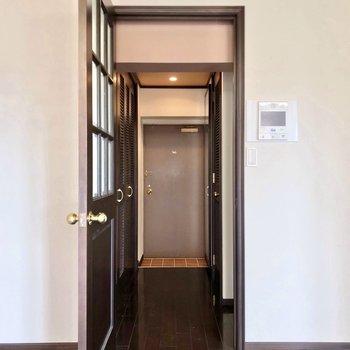 キッチンと脱衣所は廊下側。(※写真は5階の同間取り別部屋のものです)