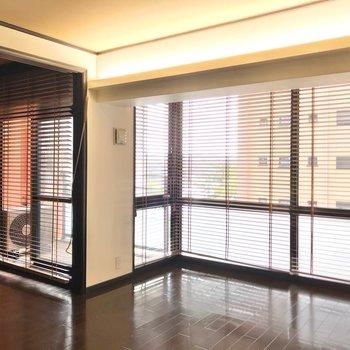 大きな窓にはウッドブラインドが付き。調光できるのが嬉しい。(※写真は5階の同間取り別部屋のものです)