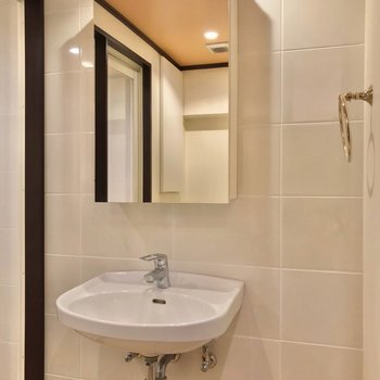 洗面台もホテルのよう。(※写真は5階の同間取り別部屋のものです)