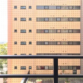 コの字型の建物なので、目の前は共用部。光は入りますよ。(※写真は5階の別部屋からのものです)