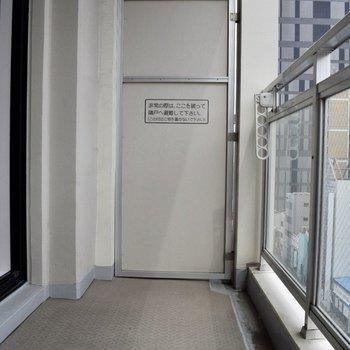 十分な広さのバルコニー。(※写真は10階の同間取り別部屋、通電前のものです)