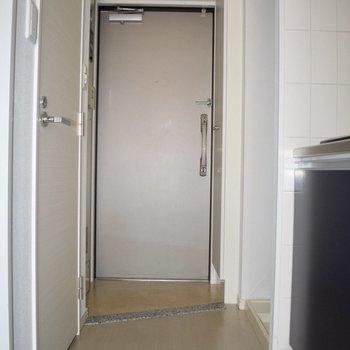 玄関は少し狭いかも。二人一緒には入れない!(※写真は10階の同間取り別部屋、通電前のものです)