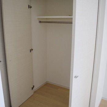 クローゼットは収納ケースを置くといいですね。(※写真は10階の同間取り別部屋、通電前のものです)