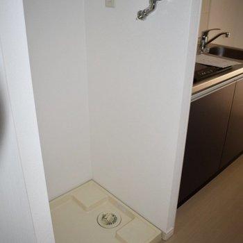 洗濯機置き場は廊下沿い、キッチンと玄関の間にございます♪(※写真は10階の同間取り別部屋、通電前のものです)