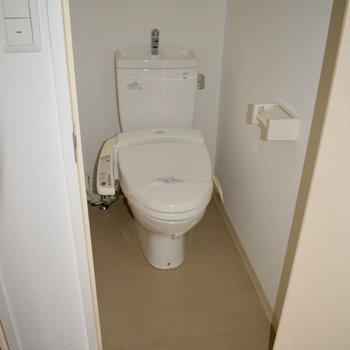 トイレが真っ白で綺麗なので何も置きたくなくなる…(※写真は10階の同間取り別部屋、通電前のものです)