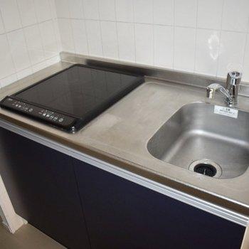キッチンは2口のIHコンロ!掃除しやすくていいですね。(※写真は10階の同間取り別部屋、通電前のものです)