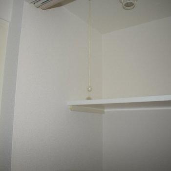 洗濯機の上に棚が〜!脱衣所がないのでここにタオル置くのも良さそうですね!(※写真は10階の同間取り別部屋、通電前のものです)