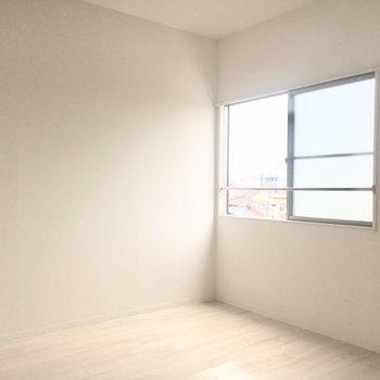 窓からやわらかい光が入って開放的に感じられます