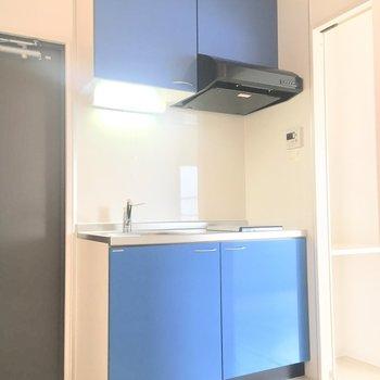 青いキッチンが個性的