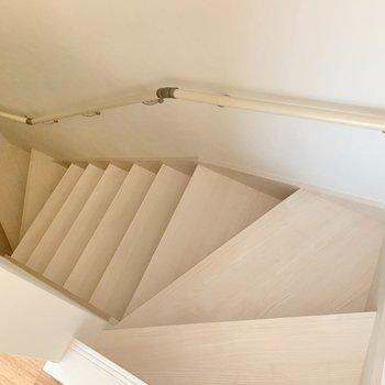 階段を下りて、下の階へ。(※写真は同間取り別部屋のお部屋です)