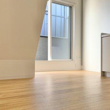 階段を上がるとこの景色。ロフトの階段下には、チェストとミニテーブルが置けそう◯(※写真は同間取り別部屋のお部屋です)