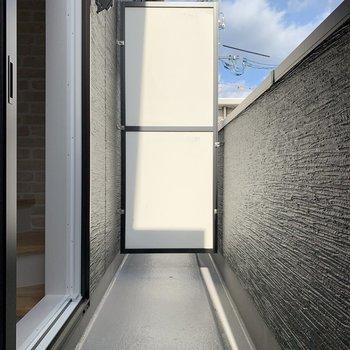 バルコニーは2層目に。スペース広めなのでゆとりをもって干せそうで(※写真は同間取り別部屋のお部屋です)す。