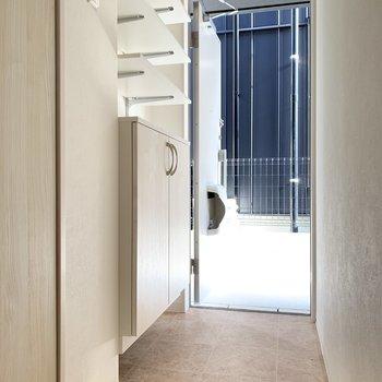 玄関はゆとりあり。靴箱付きです。(※写真は同間取り別部屋のお部屋です)