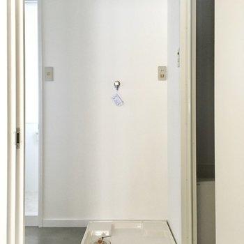 入ってすぐ洗濯機置場です。