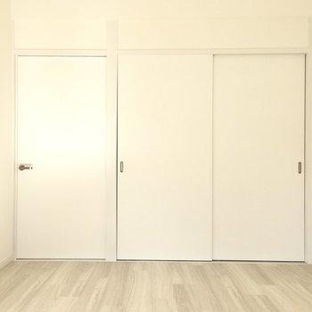寝室ならダブルサイズも入りますね。こちらにある引き戸はなんだろう?