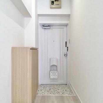 玄関も真っ白空間。ダイニングを仕切るドアはありません。