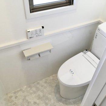 トイレは窓付き!ウォシュレット付きです。