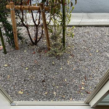 1階窓の前は砂利と植え込み。