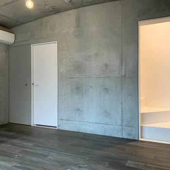 キッチンの右手。奥のグレーの扉は収納、白い扉はトイレです。