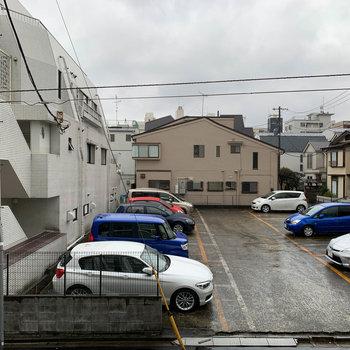 窓からの眺望は道路挟んで向かいの駐車場。