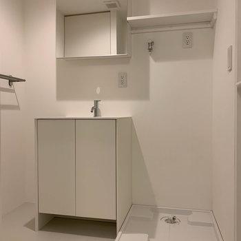洗面台と洗濯機置き場。