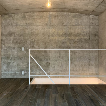 【Room11.1J】窓側から。天井の緩やかなアーチが雰囲気を作ります。