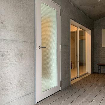 こちらが101号室のサブ玄関。来客の対応などはこちらでもできます。