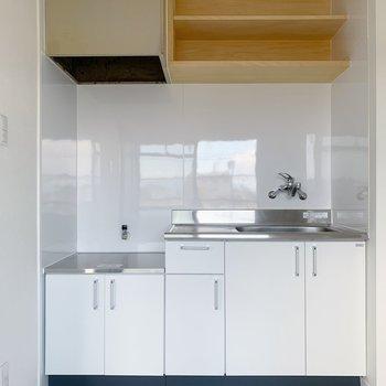 キッチンはホワイトで清潔感◯上の造作棚もかわいい!