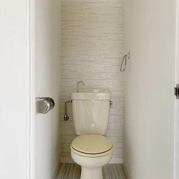トイレは既存ですが、壁などは綺麗に!ナチュラルテイストですね。