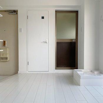 ダイニングはゆったりめ。お風呂、左はトイレ。洗濯機置場も室内に◯
