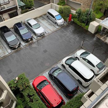 機械式駐車場と、その右に駐輪場があります。
