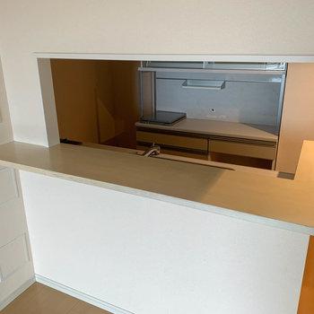 【LDK】キッチンはカウンターキッチンです。※写真はクリーニング前のものです