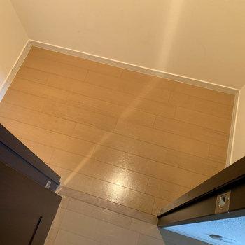 【LDK】隣の納戸スペース。掃除機などの収納場所にも良さそうです。