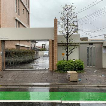 エントランスの右に、駐車場と駐輪場への入り口。