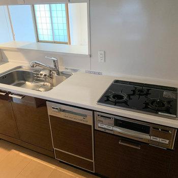 【LDK】3口ガスの実用性の高いキッチン。※写真はクリーニング前のものです
