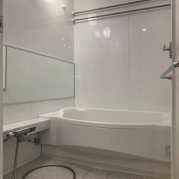 お風呂も広々。※写真はクリーニング前のものです