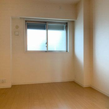 【洋室6.6帖】洋室は北向き。共用部に面しています。