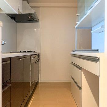 【LDK】奥の角に冷蔵庫が置けます。※写真はクリーニング前のものです