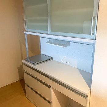 【LDK】後ろには食器棚も。炊飯器や電子レンジのスペースもあります。※写真はクリーニング前のものです