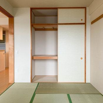 【和室】ベランダ側から。押入れ収納があります。※写真はクリーニング前のものです