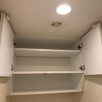 洗濯機置き場の上やトイレの上にも収納があります。